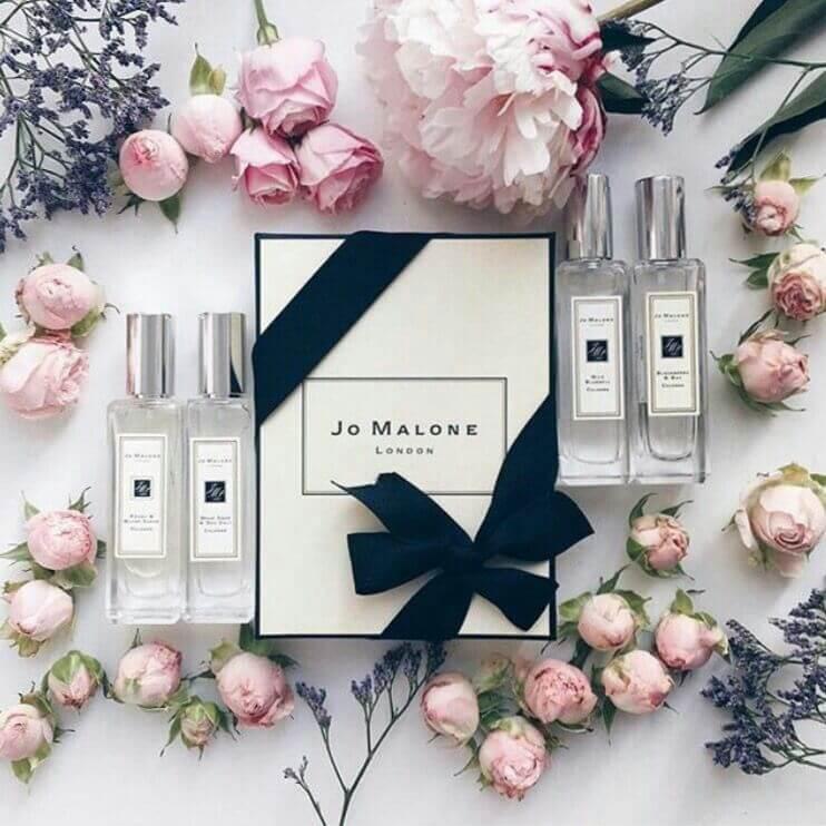 Boîte de luxe, parfums et roses