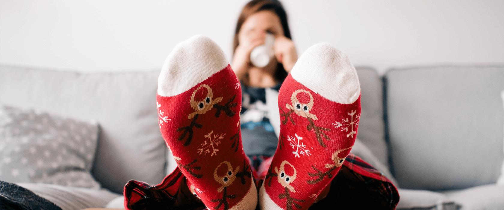 una chica lleva calcetines de Happy Socks