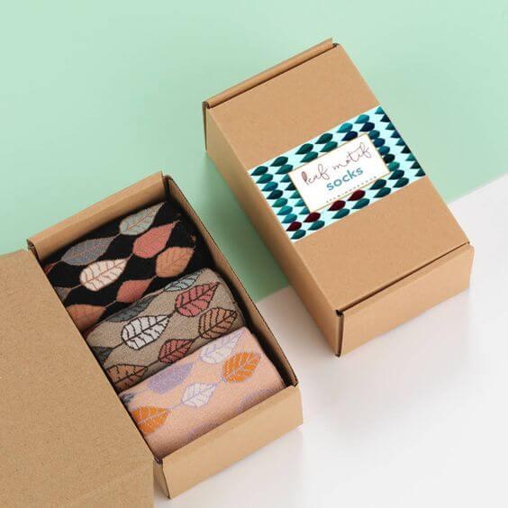 cajas de cartón con calcetines de colores