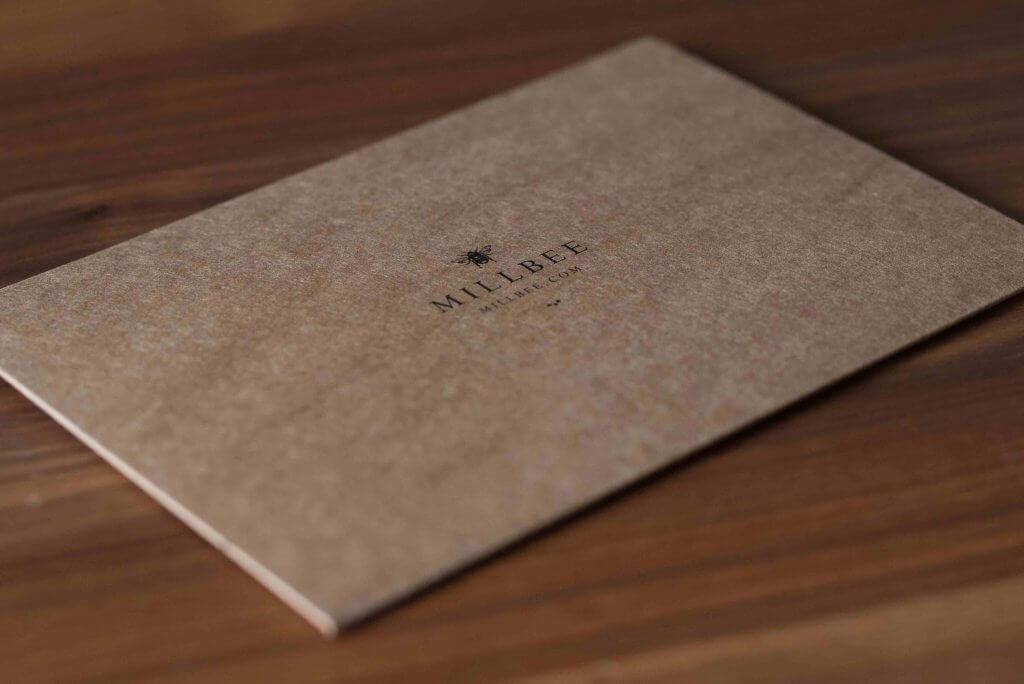 millbee studio sobres de cartón con la impresión negra