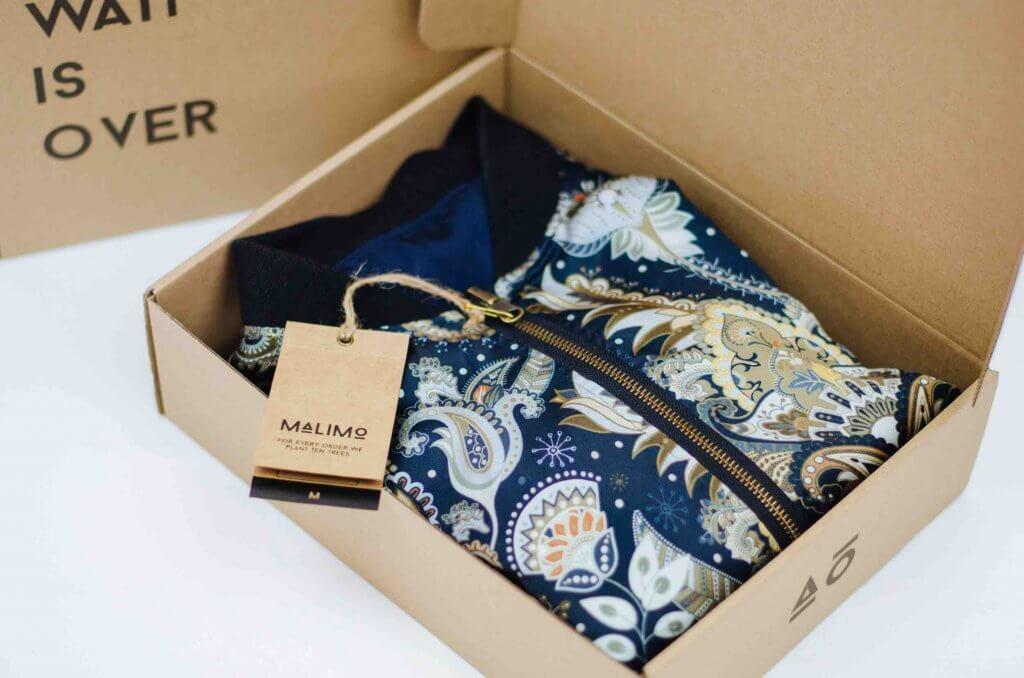 Kleidung in einer Box für den Versand