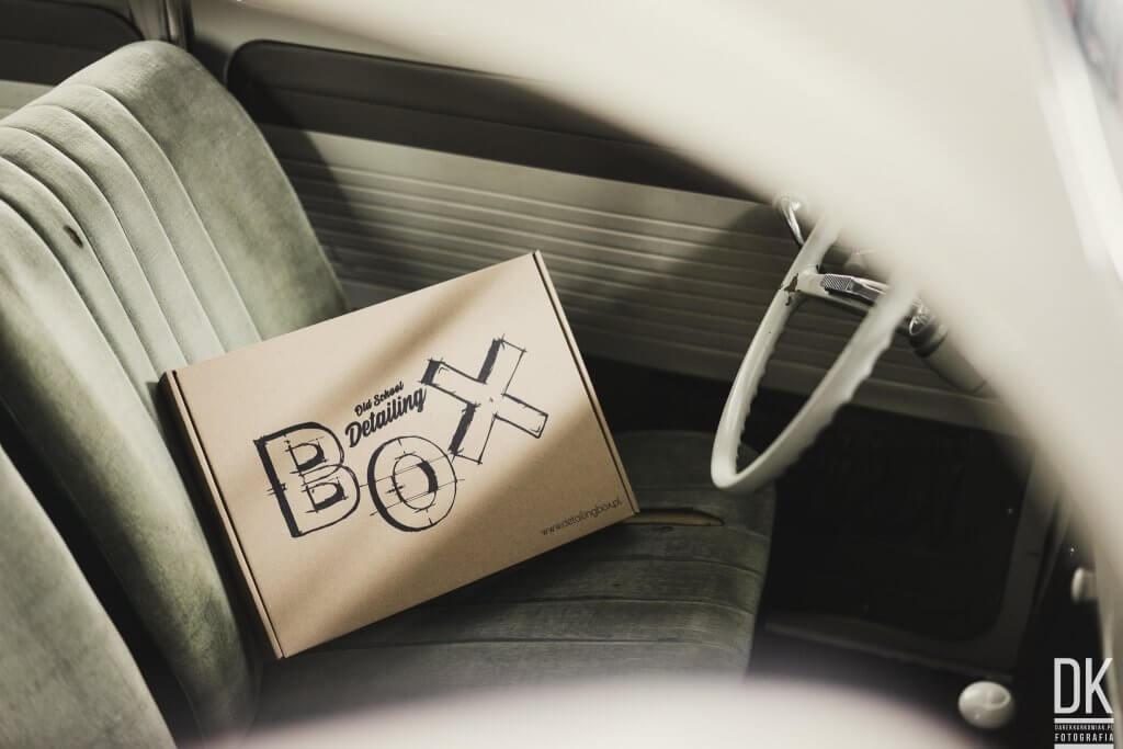 pudełko z produtami detailingowymi w samochodzie