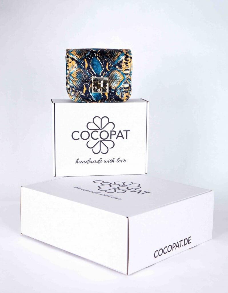 Weiße Kartons mit Aufdruck von Cocopat