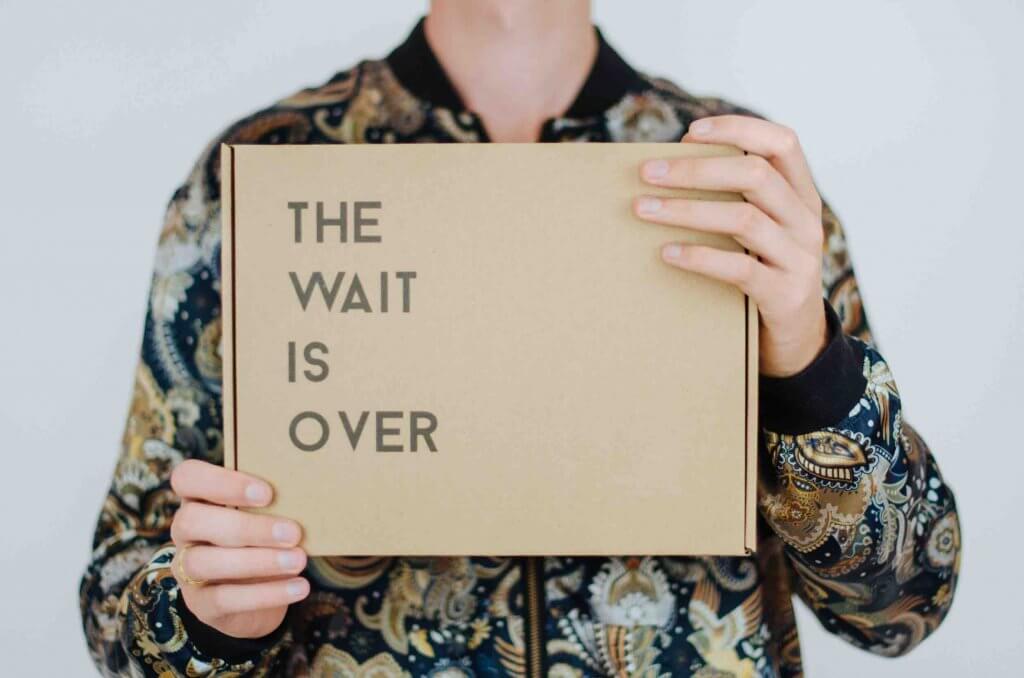 un persona con la caja de cartón serigrafiada