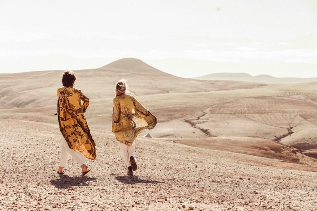 Dos chicas pasean con ropa de Brahmaki