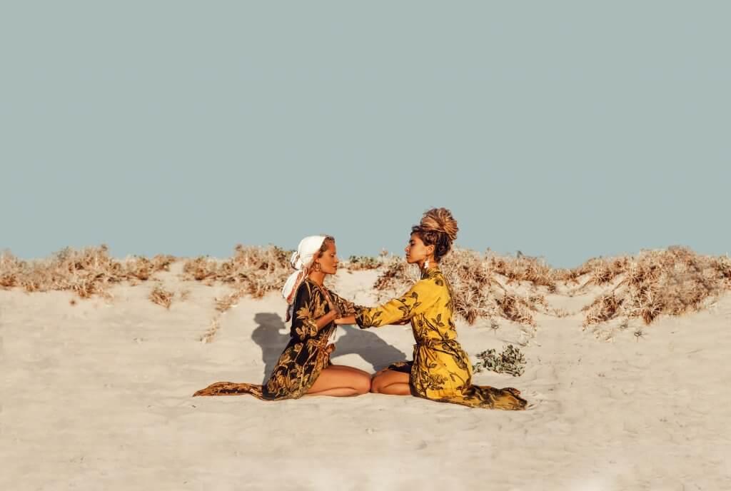Zwei Frauen in den Dünen tragen Brahmaki Kleidung!