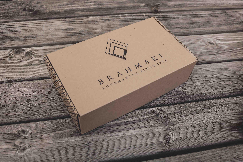Eine Brahmaki Verpackung von oben auf einem Holztisch.
