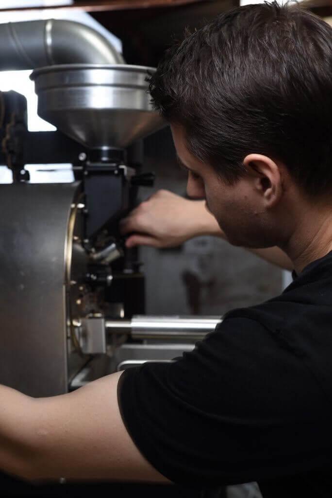 personne qui utilise une machine à café professionnelle