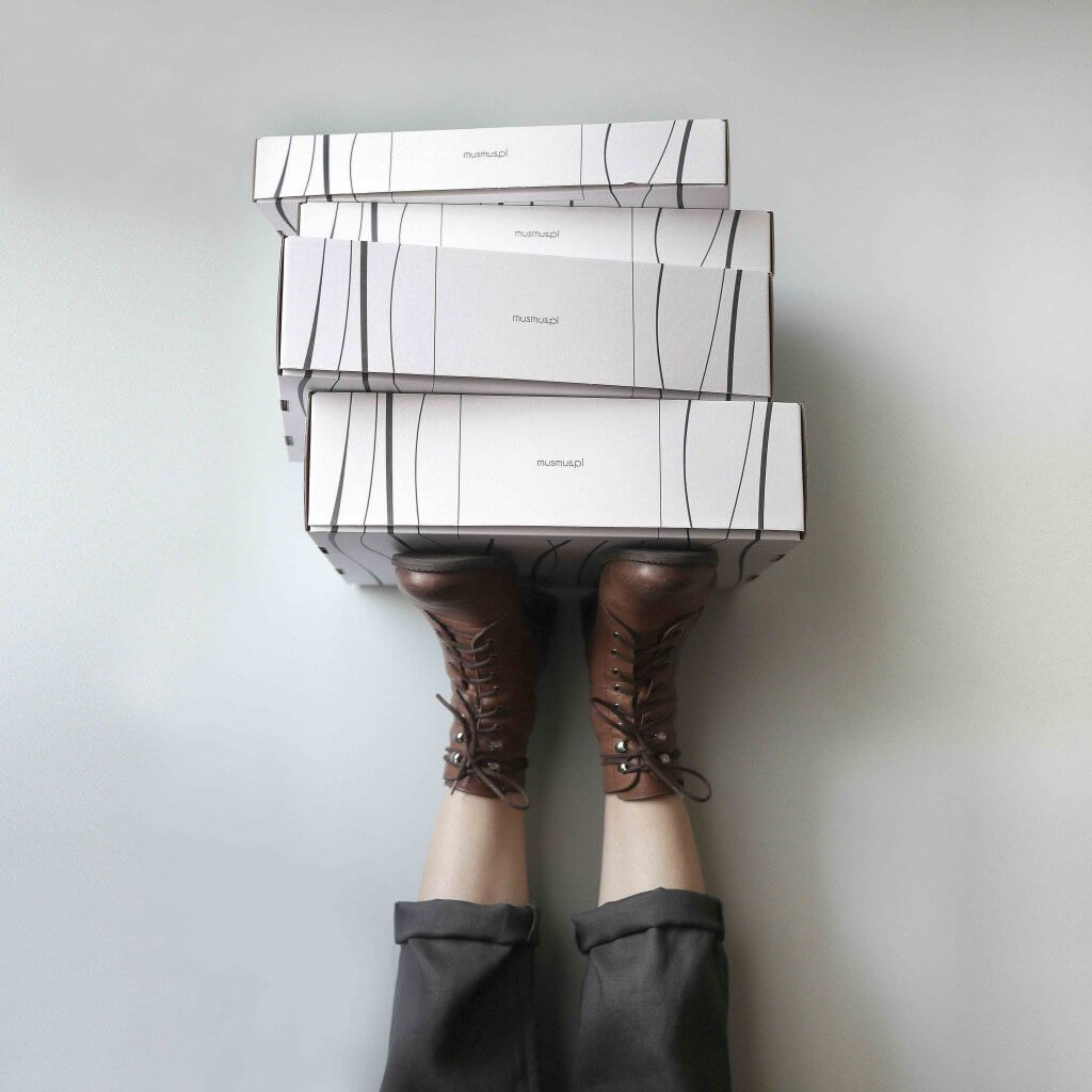 trzy pudełka tekturowe na brązowych butach
