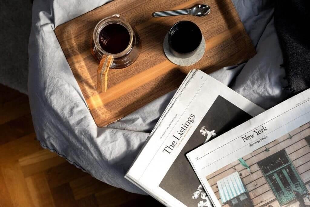 tasses de café sur un plateau et journaux