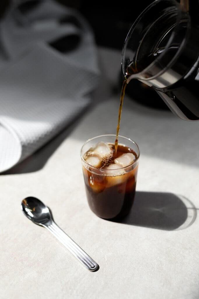 café Dak Coffee Roasters versé dans un verre
