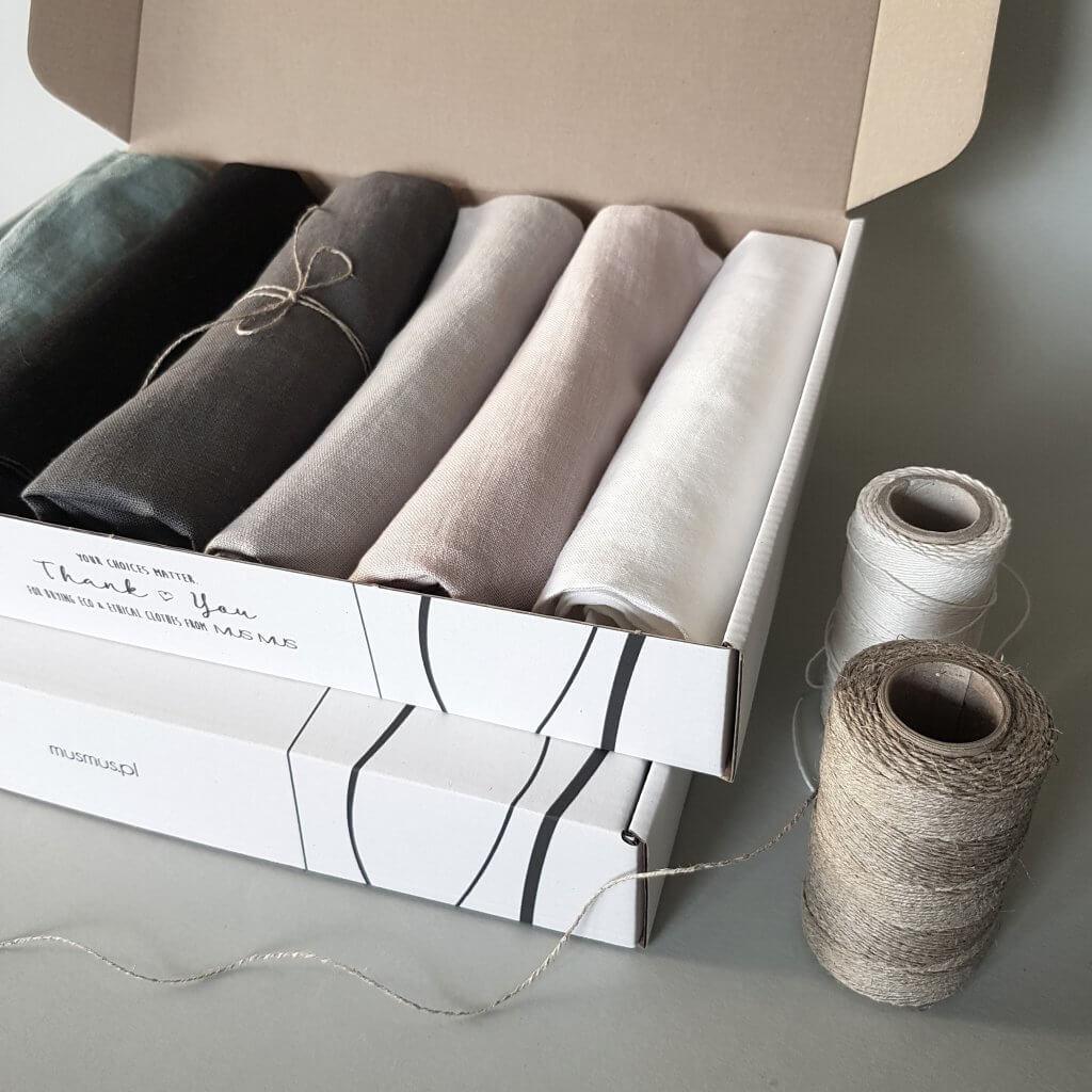 Offene Mus Mus Verpackung mit Produkten Innen und Faden neben der Verpackung