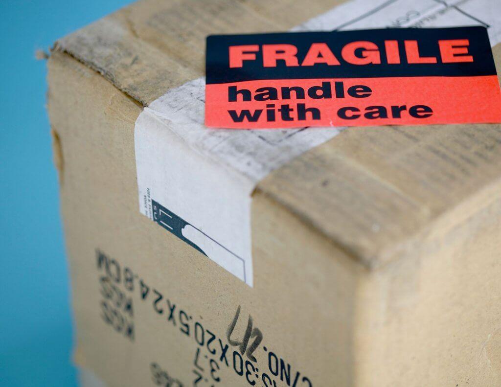 caja con etiqueta para enviar paquetes de forma correcta