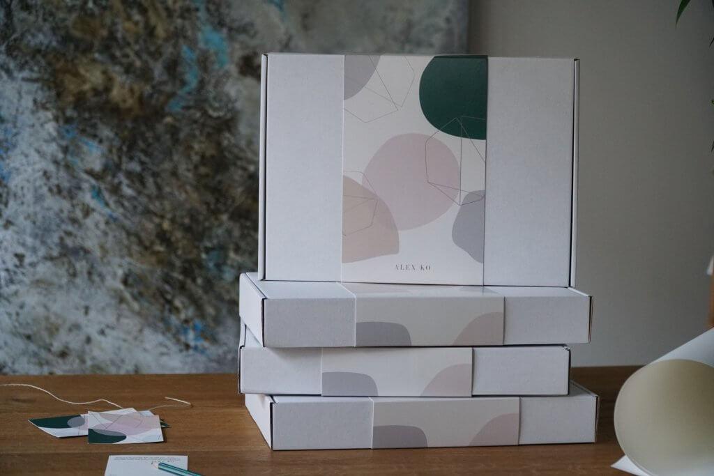 Verpackungen von Alex Ko auf einem Tisch gestapelt
