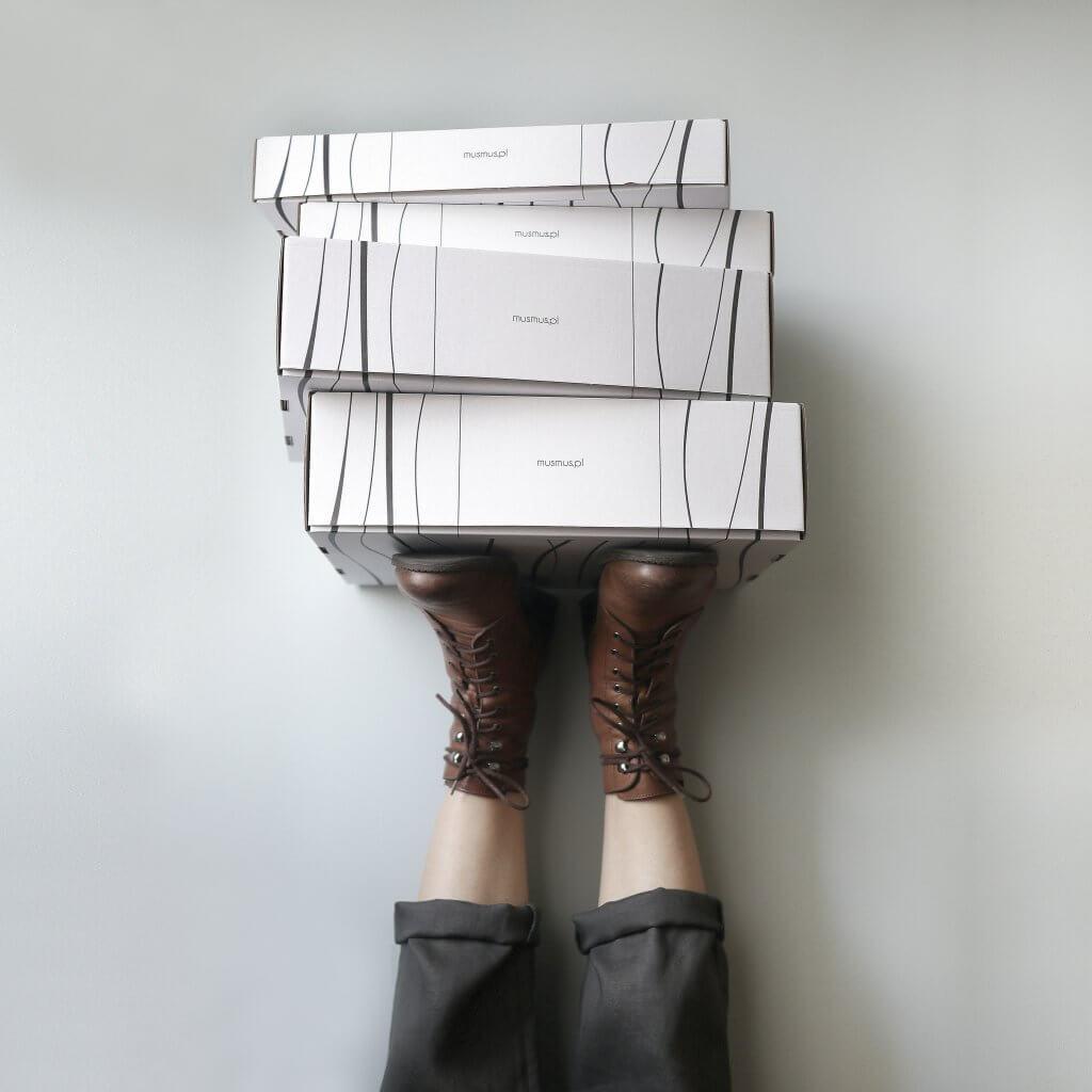 Mus Mus Boxen auf Füssen getragen