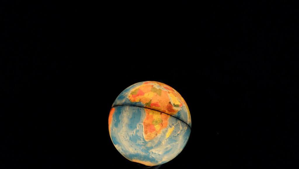 Leuchtender Globus - symbolisiert den globalen Versand