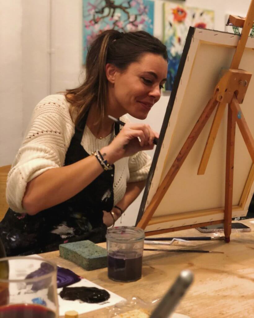 Sofía Uriach maluje obraz