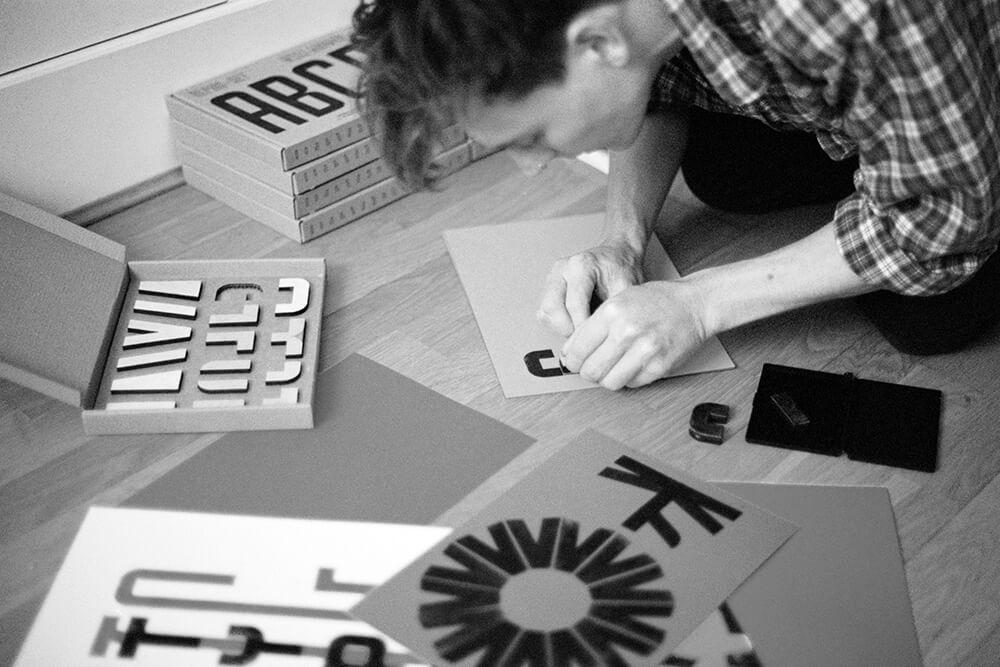 will mower pakuje zestaw do typografii w pudełko fasonowe eco