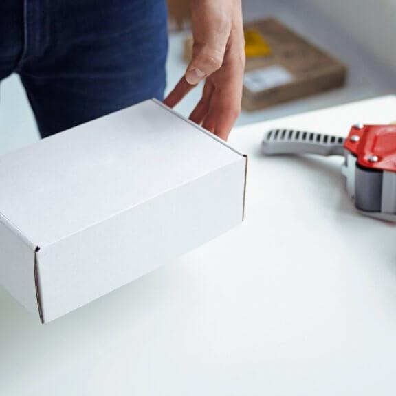 duże białe pudełko fasonowe
