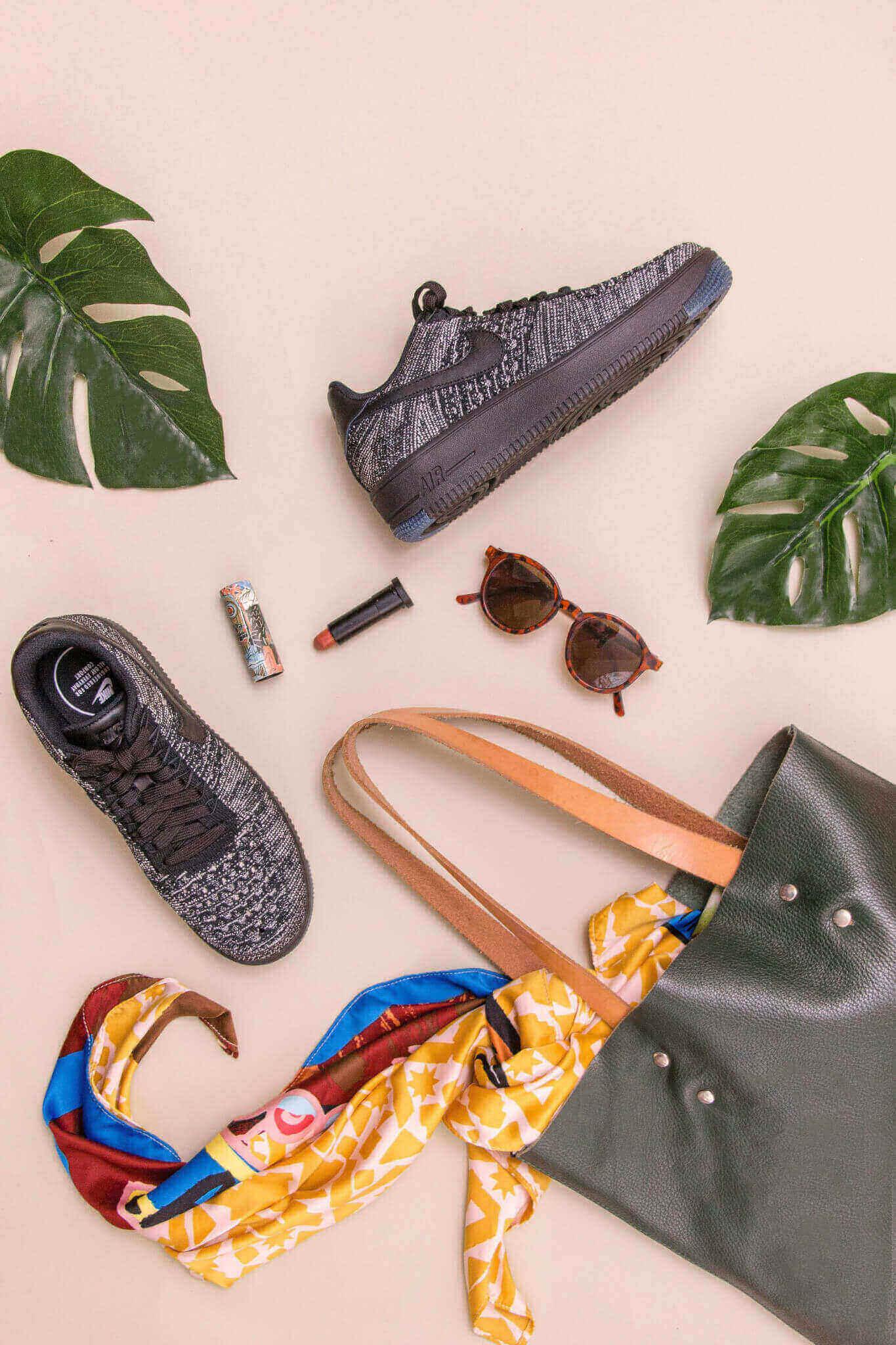 Prodotti di moda: scarpe, borsetta, occhiali da sole